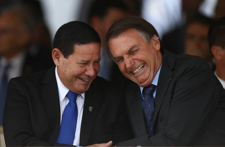 Mourão e Bolsonaro gargalham, de olhos fechados, com cabeças próximas