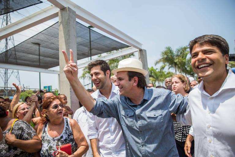 O deputado Pedro Paulo (à dir.) ao lado do então prefeito do Rio, em 2015