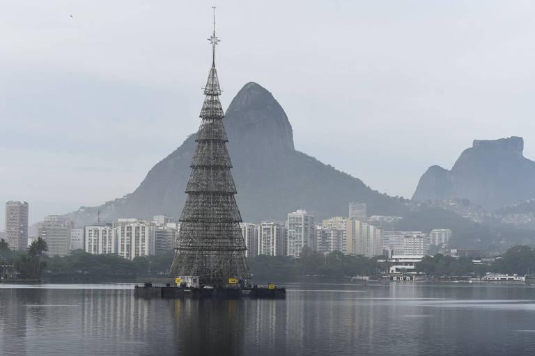 Árvore de Natal na Lagoa Rodrigo de Freitas, no Rio de Janeiro