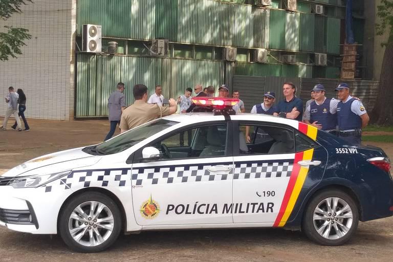 Bolsonaro tira fotos com policiais militares do DF