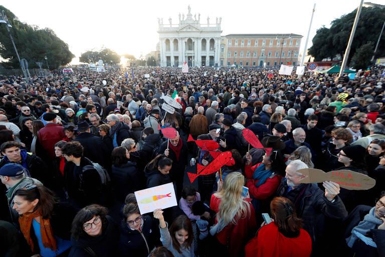 """Manifestação organizada pelo movimento das """"sardinhas"""" em Roma"""