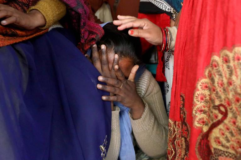 Parente de uma vítima de estupro de 23 anos, que morreu em um hospital de Nova Délhi,  após ser incendiada por um grupo de homens