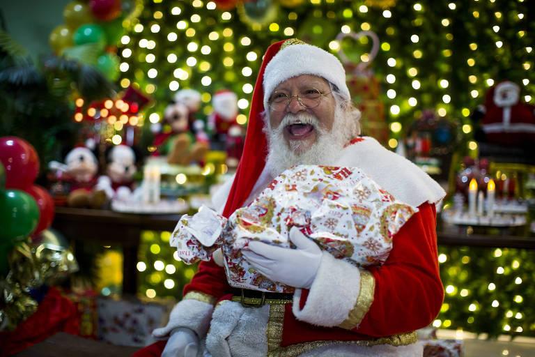 Papai Noel entrega presentes em São Paulo