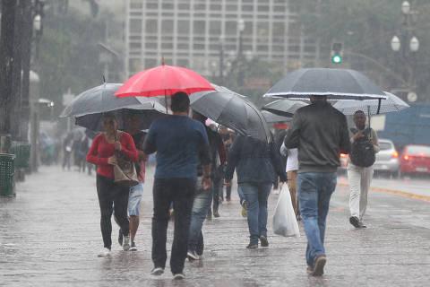 SAO PAULO, SP, 04/07/2019, BRASIL - SAO PAULO AMANHECE COM CHUVA - 10:08:27 - A cidade de Sao Paulo amanhece com chuva nesta quinta-feira apos ter quase um mes de estiagem, conforme o Instituto Nacional de Meteorologia (Inmet). Movimentacao pela manha, no Viaduto do Cha, na regiao central, durante a chuva. (Rivaldo Gomes/Folhapress, NAS RUAS)