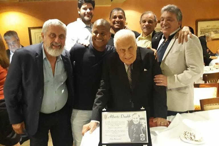 Dualib (ao centro) recebe uma placa em homenagem ao seu aniversário; à sua esquerda, o ex-jogador Marcelinho Carioca e, ao fundo, no centro, o ex-jogador Vampeta