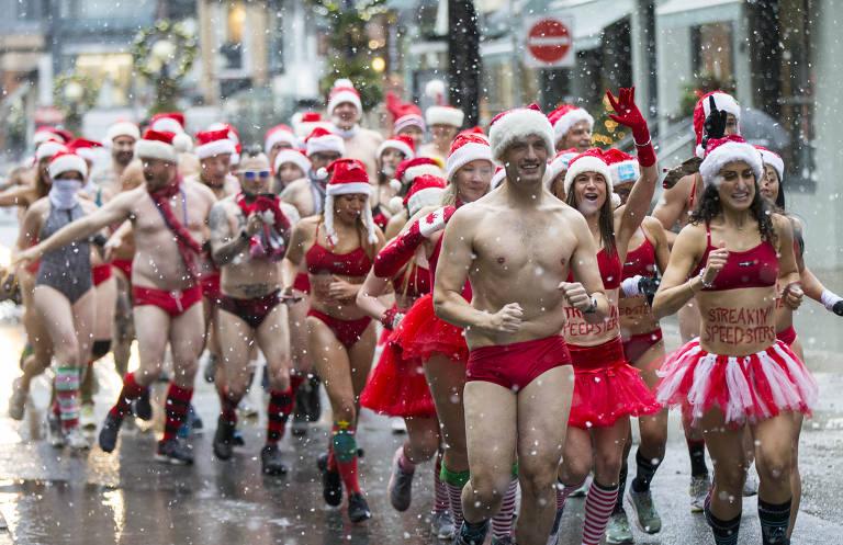 """Pessoas com trasje de banho natalinos participam da corrida anual """"Toronto Santa Speedo Run 2019"""", em Toronto (Canadá). O evento é para arrecadar dinheiro para crianças doentes"""