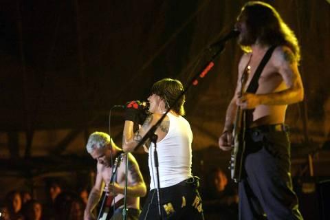 ORG XMIT: 321001_1.tif Música: o guitarrista John Frusciante (dir.) o vocalista Anthony Kiedis e o baixista Flea (esq.), durante show da banda Red Hot Chili Peppers no estádio do Pacaembu, em São Paulo - SP. (São Paulo, SP, 12.10.2002. Foto de Ernesto Rodrigues/Folhapress. Digital)