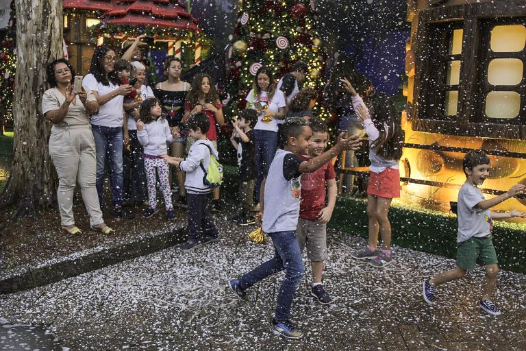 Crianças brincam em meio à neve artificial