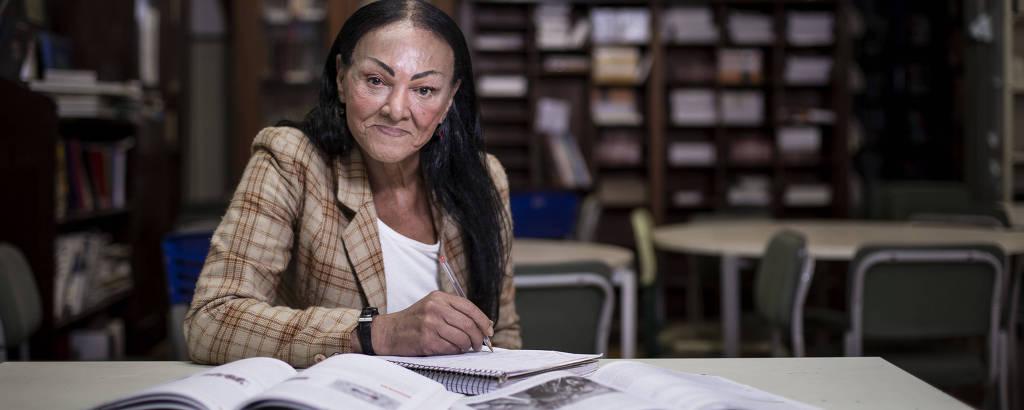 A travesti Cláudia Menezes, 66, na biblioteca da Escola Caetano de Campos, em SP