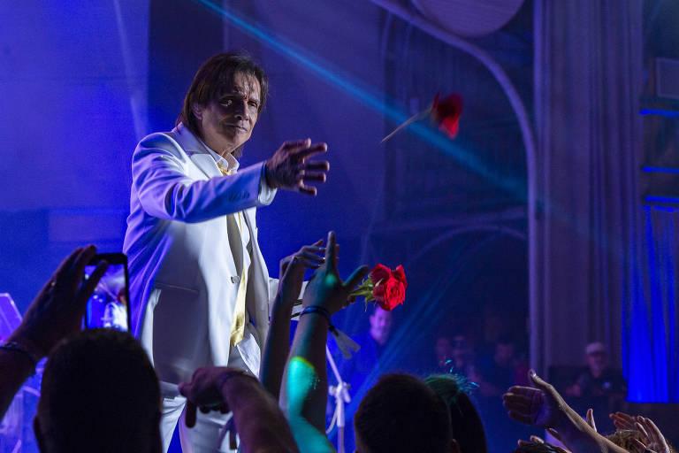 Especial de Roberto Carlos se renova e mostra shows internacionais e bastidores da turnê do rei