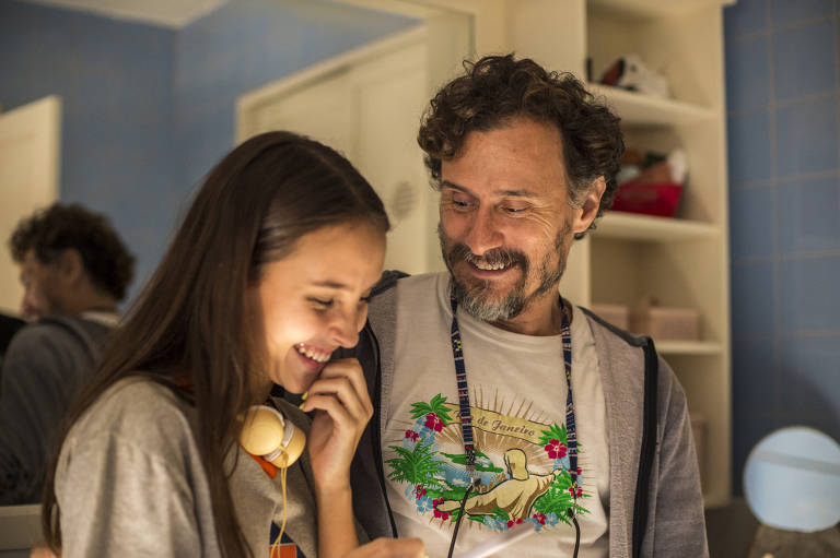 Durval (Enrique Diaz) procura Carol (Duda Batsow) depois de ouvir o conselho de Thelma (Adriane Esteves)