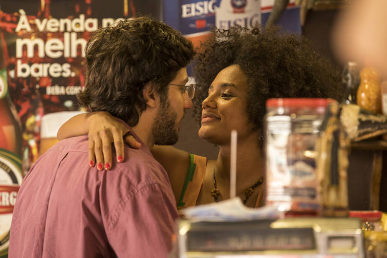 Danilo (Chay Suede) pede Camila (Jéssica Ellen) em namoro e os dois se beijam, em Amor de Mãe