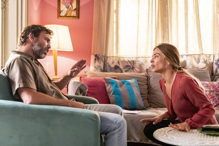 Elias ( Marcelo Faria ) chantageia Paloma ( Grazi Massafera ), pedindo dinheiro em troca da transfusão de sangue para salvar a vida de Gabriela