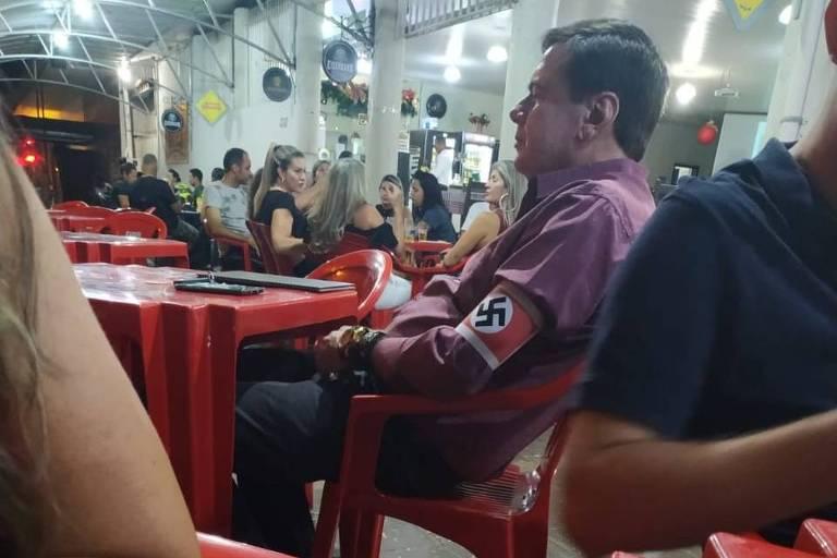 Homem usa braçadeira com símbolo nazista no interior de Minas.