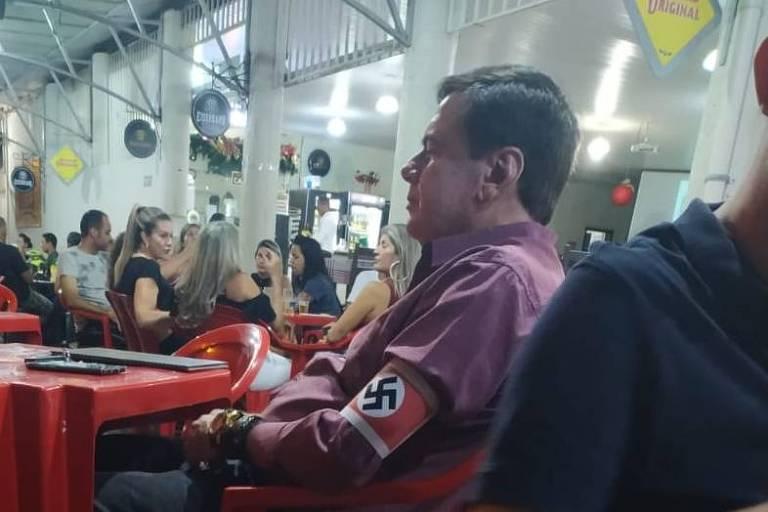 Promotoria de MG denuncia homem que usou braçadeira nazista em bar