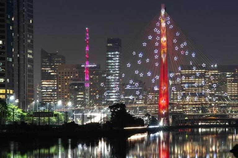 Ponte Estaiada recebe decoração de Natal