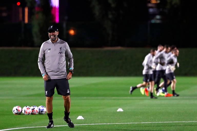 Jurgen Klopp durante treino do Liverpool em Doha, nesta terça (16)