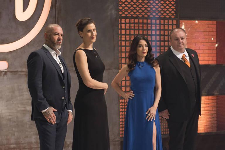 Os jurados do MasterChef Henrique Fogaça, Paola Carosella e Erick Jacquin posam com Ana Paula Padrão