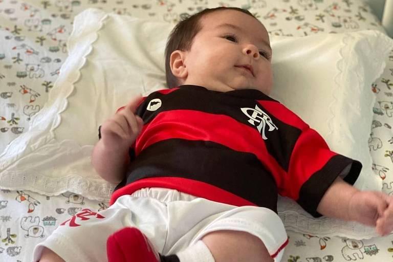 Tata Werneck veste Clara Maria com o uniforme do Flamengo e comemora a vitória do Flamengo no Mundial de Clubes