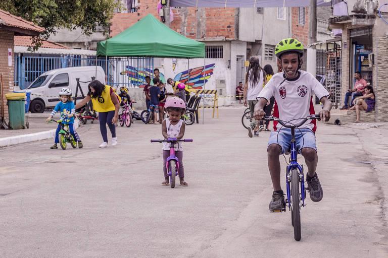 Crianças participam de atividade do projeto Bike Arte Gira em São Miguel Paulista, na zona leste de SP