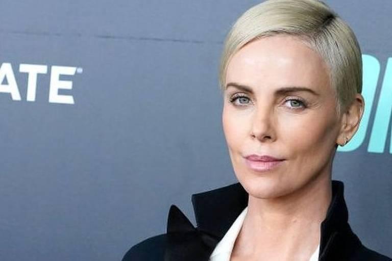 O pai da atriz sul-africana era alcoólatra e violento. Um dia, ele atirou três vezes contra a porta do quarto onde Charlize a mãe tinham se refugiado.