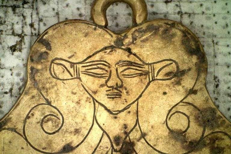 Pingente de ouro mostra a cabeça da deusa egípcia Hathor, protetora dos mortos