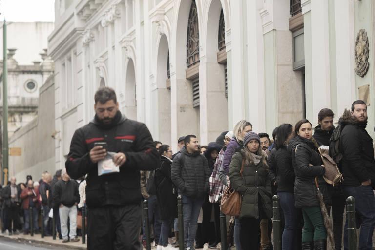Brasileiros passam a madrugada em fila em frente ao Consulado Geral do Brasil, em Lisboa, para conseguir a cidadania portuguesa