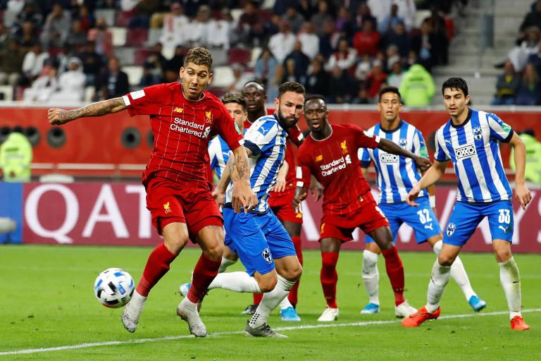 Firmino se prepara para chutar e marcar o segundo gol do Liverpool em Doha