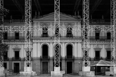 RIO DE JANEIRO,RJ - 14/8/2019 - Fachada principal com estrutura de sustentavłÄûo da cobertura de protevłÄûo do edvåfvåcio apvõs o incvçncio; Escombros do Museu Histvõrico Nacional. No prvõximo dia 2 de setembro completa-se um ano do incvçndio que destruiu o Museu Histvõrico Nacional, no Rio de Janeiro, uma das maiores tragvàdias do patrimvônio histvõrico e cientvåfico brasileiro. (Foto: Cristiano Mascaro/Folhapress)  * EXCLUSIVO * ORG XMIT: AGEN1908261415933623