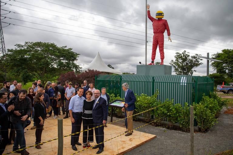 Estátua de Ayrton Senna inaugurada no Parque Ecológico do Tietê, com a presença da irmã do piloto, Viviane Senna, e do governador de São Paulo, João Dória