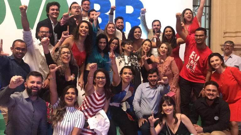 Alunos do RenovaBR fazem menção à Lula na cerimônia de formatura do grupo, em São Paulo, no sábado (8)
