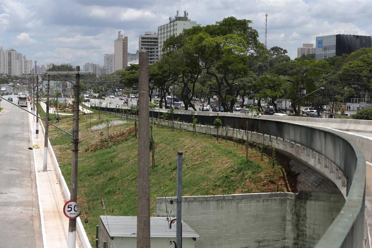 Favela do Cimento vira praça com parque infantil na Mooca