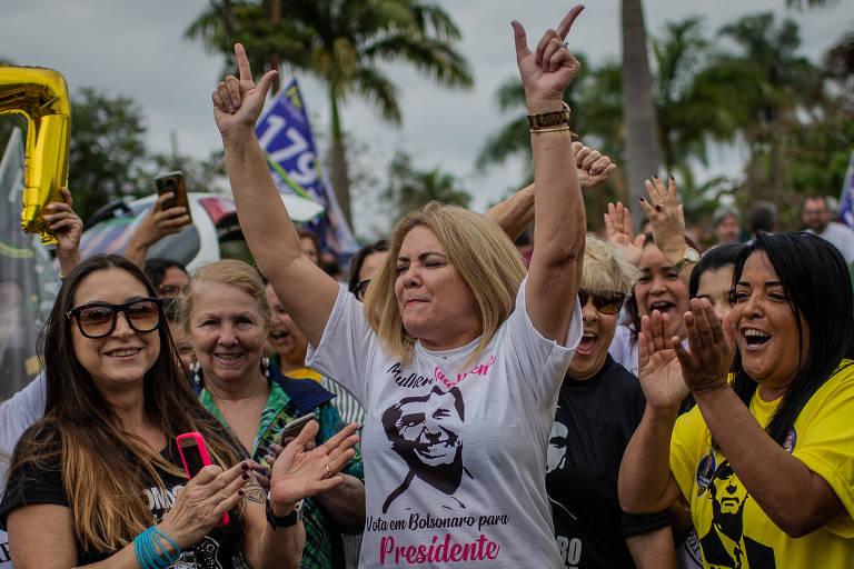 Ana Cristina Valle, ex-mulher de Jair Bolsonaro, durante a campanha eleitoral do ano passado