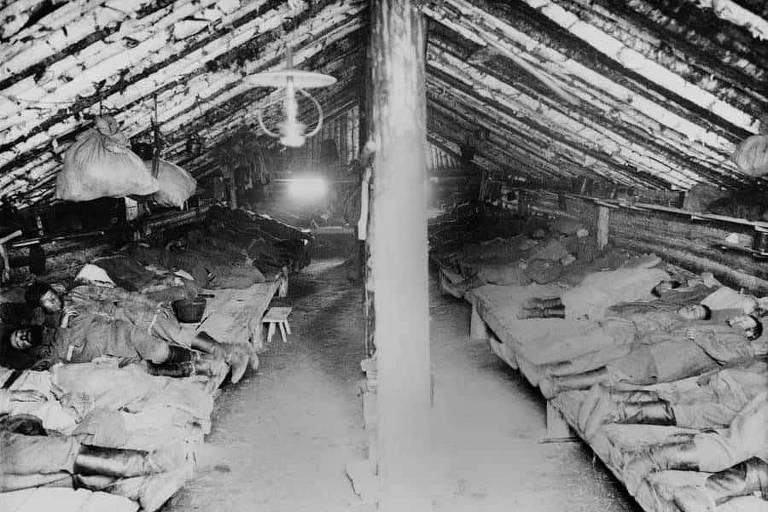 Prisioneiros dormem em tenda em gulag na Sibéria