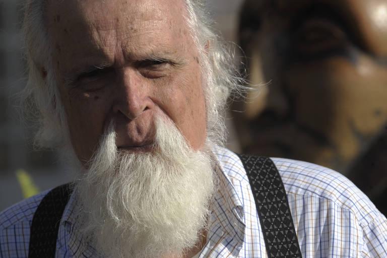 Homem branco idoso com uma longa barba branca