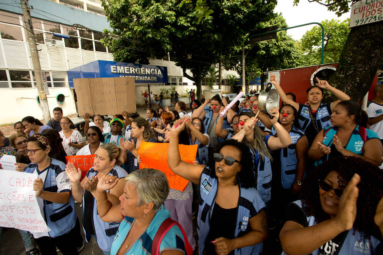 Funcionários da saúde que estavam sem receber protestam no Hospital Albert Schweitzer, no Rio