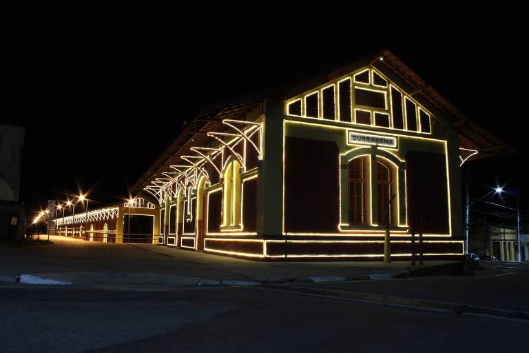 Luzes que enfeitam a estação de trem, cartão postal de Guararema