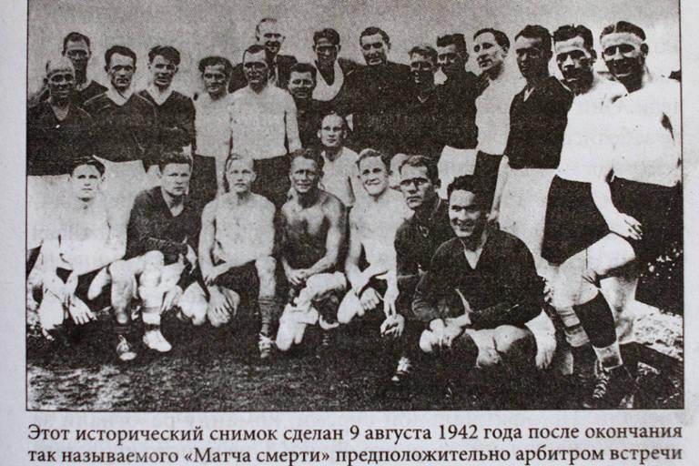 Foto que supostamente mostra os jogadores alemães e ucranianos juntos, cuja origem não tem data