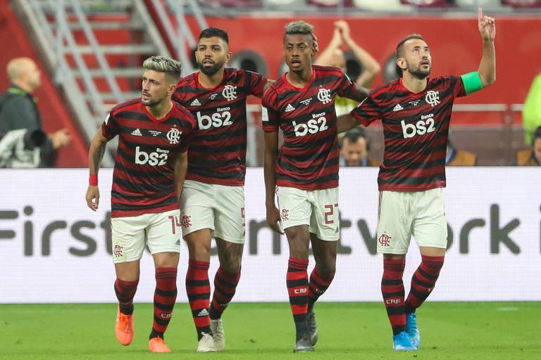 Arrascaeta (à esq.) comemora o seu gol contra o Al-Hilal ao lado de Gabigol, Bruno Henrique e Éverton Ribeiro, na estreia do Mundial de Clubes do Qatar
