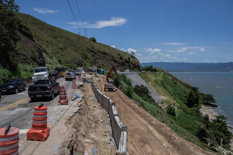 Obras de contenção de taludes na Rio-Santos, em São Sebastião (SP)