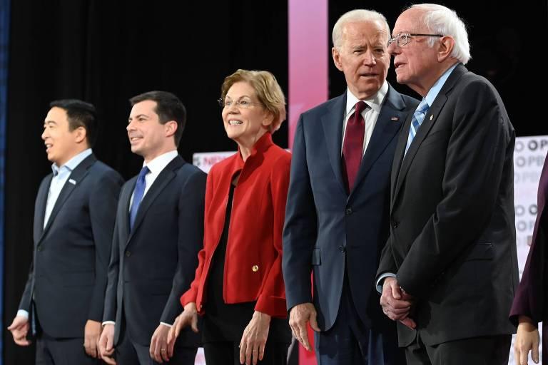 Andrew Yang (esq.), Pete Buttigieg, Elizabeth Warren, Joe Biden e Bernie Sanders em fila