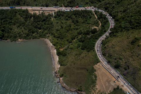 SÃO SEBASTIÃO, SP, BRASIL, 17-12-2019: Vista de obras na Rodovia Rio Santos, no km 116. Folha faz um raio-x das estradas para o fim de ano. (Foto: Eduardo Anizelli/ Folhapress, COTIDIANO) ***EXCLUSIVO***