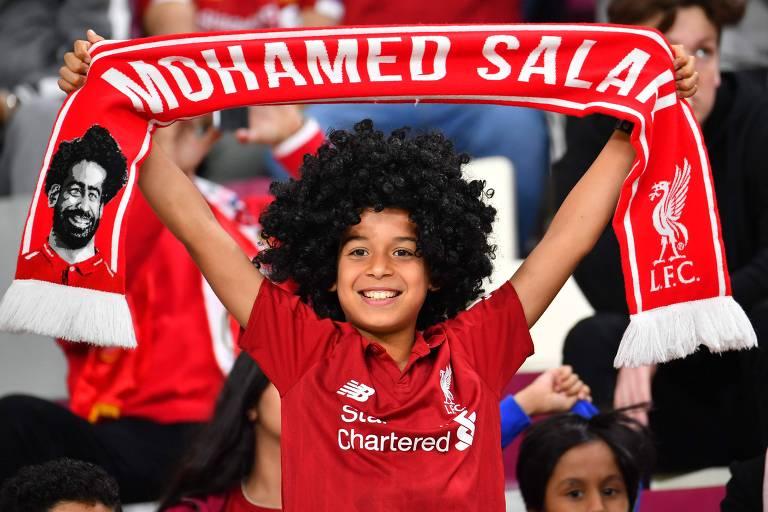 Torcedor com a roupa do Liverpool, uma peruca de Mohamed Salah e uma faixa do atacante