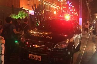 Viatura da Polícia Civil estacionada em frente à Villa Country, em SP