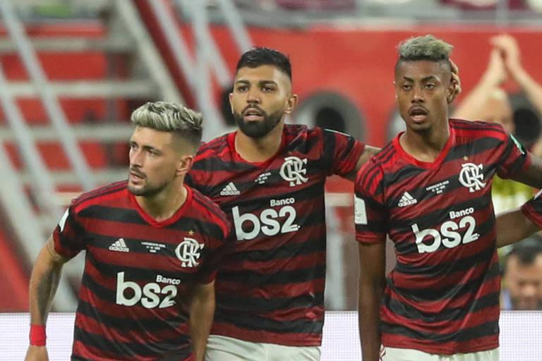 Arrascaeta (esq.), Gabriel e Bruno Henrique (dir.) comemoram gol no Mundial