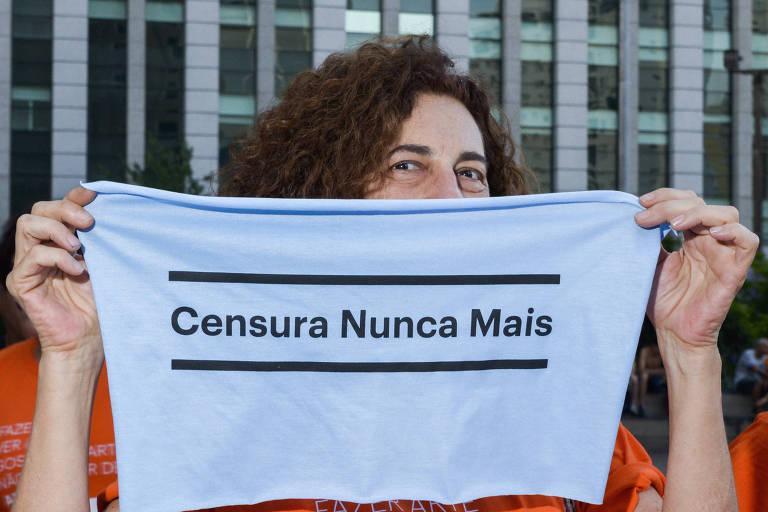 Em SP, manifestante em ato contra a censura na área cultural