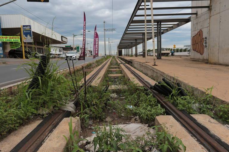 Trilhos do VLT de Cuiabá, cuja obra está parada desde 2014