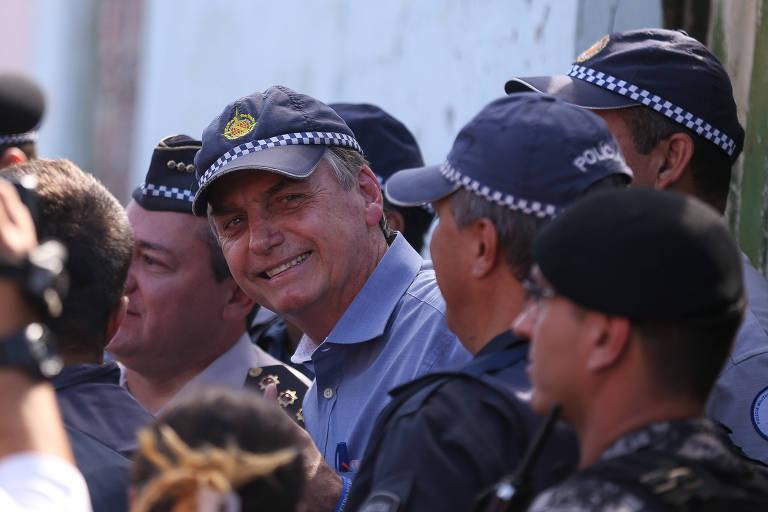 O presidente Jair Bolsonaro posa para fotos com Policiais Militares na cidade Estrutural, região administrativa de Brasília