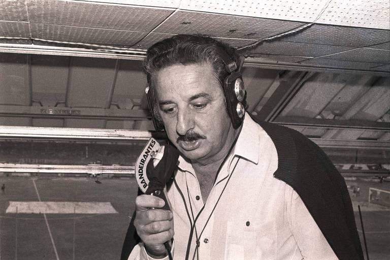 O locutor esportivo Fiori Gigliotti se prepara para narrar jogo, em 1983, no Morumbi