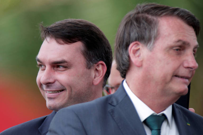 O senador Flávio Bolsonaro e seu pai, o presidente Jair Bolsonaro, em Brasília